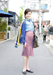street style Japanese woman in the fifty with pink skirt